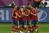 Испанцы поздравляют Фернандо Торреса с голом