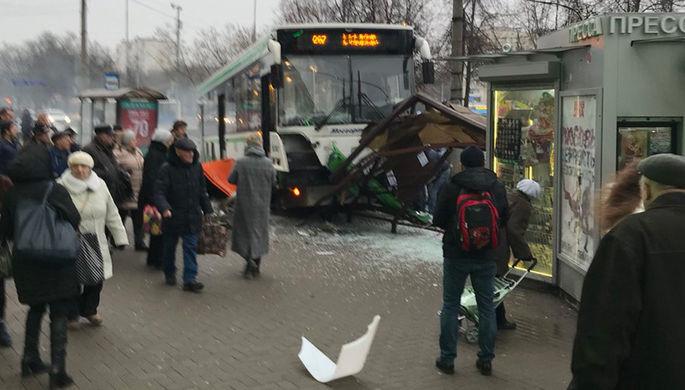 В российской столице автобус вылетел наостановку, есть пострадавшие
