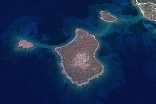 Вид из космоса на греческий остров Спалатрониси в Эгейском море