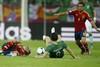 Андрес Иньеста пытается поспеть за мячом