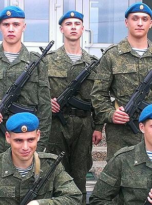 Владимир Петров (в центре) — он принял присягу в субботу, а в воскресенье произошло обрушение. Источник: vk.com