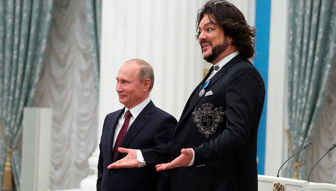 Президент РФ Владимир Путин и певец Филипп Киркоров, награжденный орденом Почета, на церемонии вручения государственных наград в Кремле, 15 ноября 2017 года