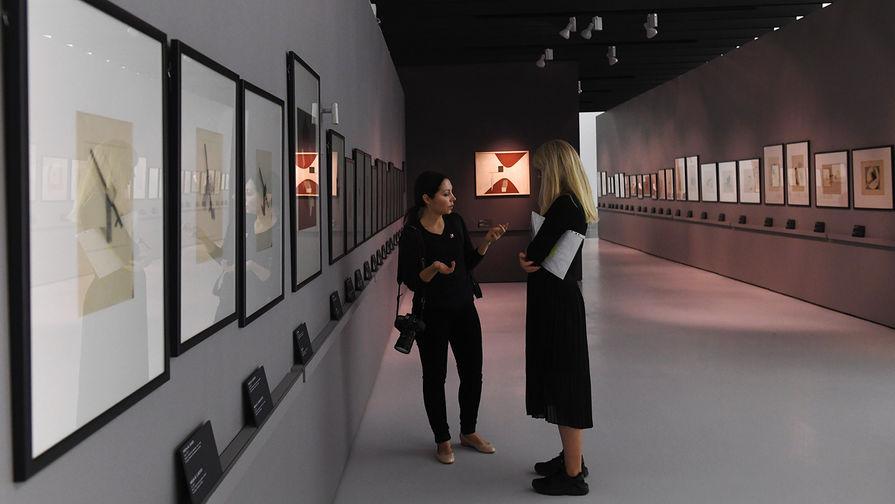 Посетители на выставке «Эль Лисицкий» в Государственной Третьяковской галерее на Крымском валу