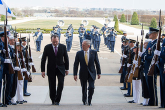 Министры обороны Финляндии и США Юсси Ниинисте и Джеймс Мэттис, 21 марта 2017 года