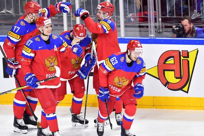 Сборная России празднует забитую шайбу