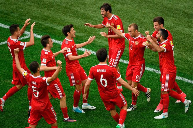Игроки сборной России радуются забитому мячу во время матча Кубка конфедераций – 2017 по футболу между сборными России и Новой Зеландии в Санкт-Петербурге