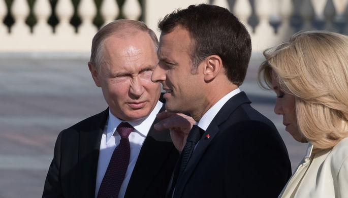 Президент России Владимир Путин и президент Франции Эмманюэль Макрон с супругой Бриджит во время...