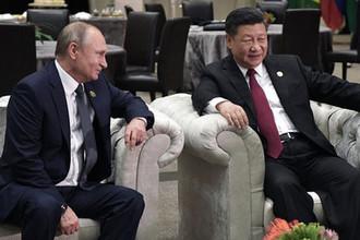 Президент России Владимир Путин и председатель КНР Си Цзиньпин во время беседы в рамках Десятого саммита БРИКС, 26 июля 2018 года