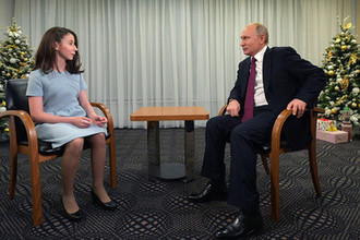 Президент России Владимир Путин во время интервью семнадцатилетней Регине Парпиевой после ежегодной большой пресс-конференции в Москве, 20 декабря 2018 года