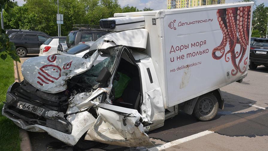 Автомобиль погибшего Сергея Захарова на следующий день после аварии с участием Михаила Ефремова, 9 июня 2020 года
