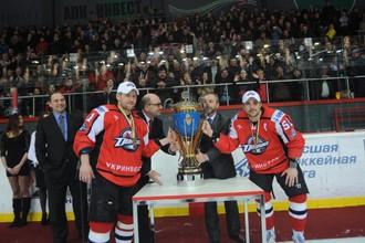 Хоккеисты «Донбасса» с кубком чемпионов Украины в 2011 году