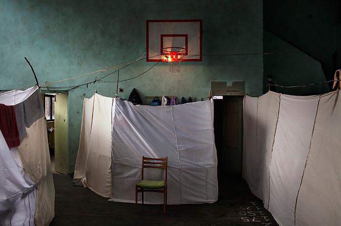Алессандро Пенсо, Италия, получил первый приз в номинации «Главные новости» с фотографией временного убежища для беженцев в Софии, Болгария. Небольшая страна, граничащая с Грецией и Турцией, сама сейчас переживающая экономический кризис, оказалась неготова к наплыву беженцев из Сирии