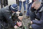 Раненому участнику столкновений оказывают помощь наплощади Независимости вКиеве