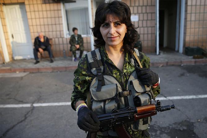 Военнослужащая украинской армии Стелла, 33 года, позирует для фотографии недалеко от Луганска