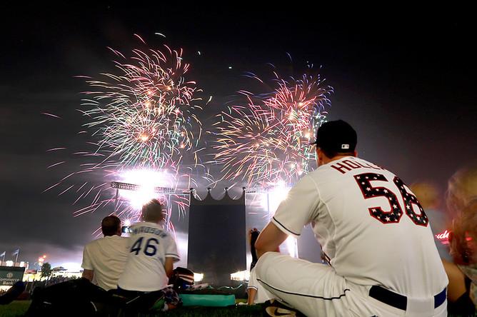 Бейсболисты из Канзаса смотрят праздничный фейерверк