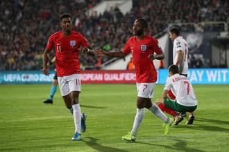 Рахим Стерлинг (справа) и Маркус Рэшфорд празднуют один из голов в ворота сборной Болгарии