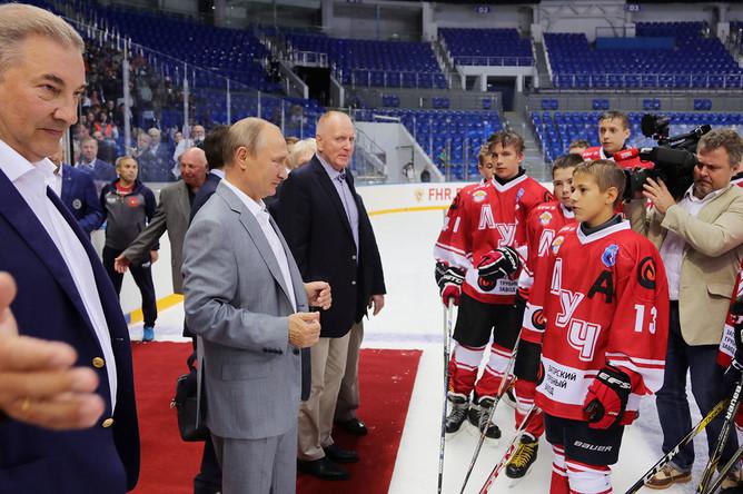 Президент РФ Владимир Путин (второй слева) после матча детской хоккейной команды на ледовой арене «Шайба»