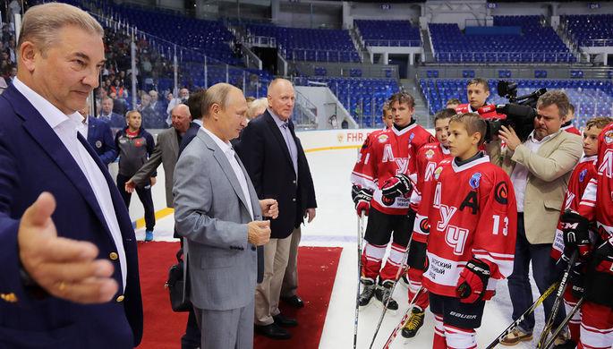 Президент РФ Владимир Путин (второй слева) после матча детской хоккейной команды на ледовой арене...