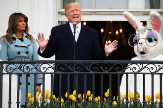 Президент США Дональд Трамп с первой леди Меланьей Трамп во время ежегодного фестиваля катания пасхальных яиц на лужайке у Белого дома, 2 апреля 2018 года