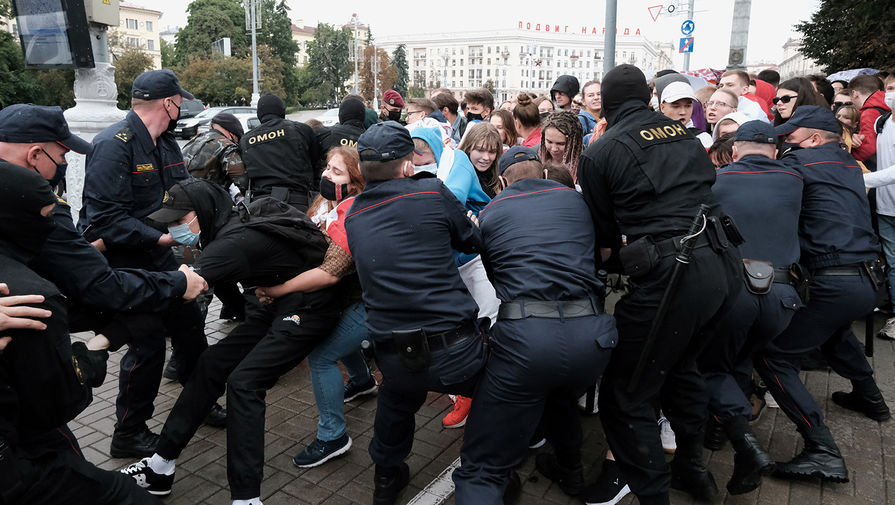 Сотрудники силовых структур Белоруссии во время задержания участников студенческой акции протеста в Минске, 1 сентября 2020 года