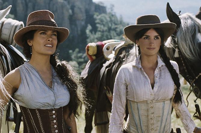 Кадр из фильма «Бандитки» (2006). Актриса Пенелопа Крус (справа) лучшая подруга Сальмы Хайек