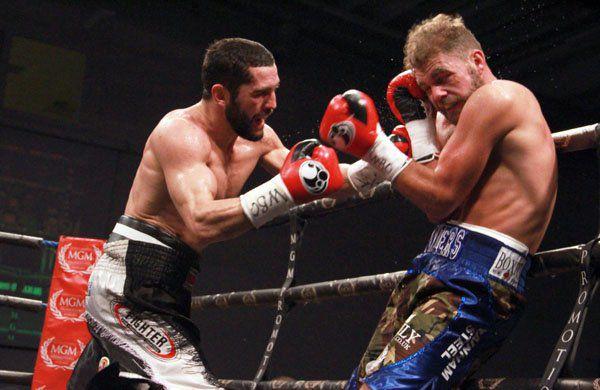 Артур Акавов (слева) против Билли Джо Сондерса