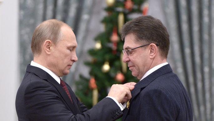 22 декабря 2014 года. Владимир Путин (слева) награждает Александра Кравцова орденом «За заслуги перед Отечеством» IV степени