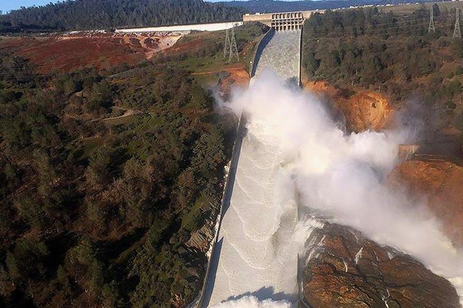 Вода вытекает через поврежденный водовод на плотине недалеко от калифорнийского города Оровилл