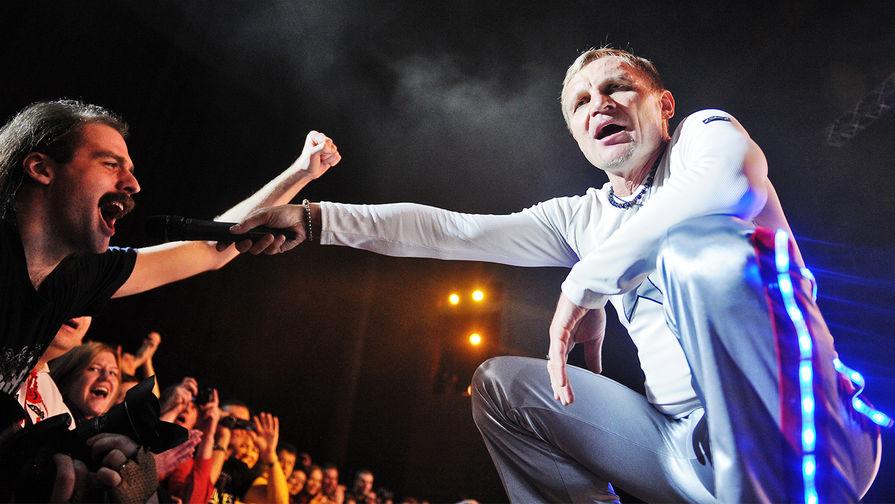 Вокалист группы «Вопли Видоплясова» Олег Скрипка на юбилейном концерте в Москве, 2012 год