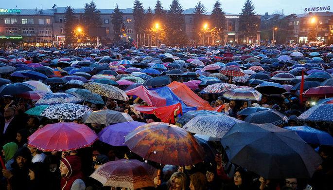 Сторонники лидера армянской оппозиции Никола Пашиняна во время демонстрации в Гюмри, 27 апреля 2018...
