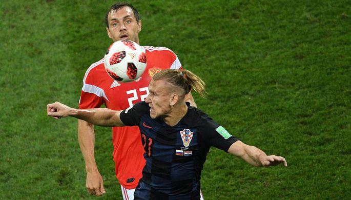 Артем Дзюба (Россия) и Домагой Вида (Хорватия) в матче 1/4 финала чемпионата мира по футболу между сборными России и Хорватии.