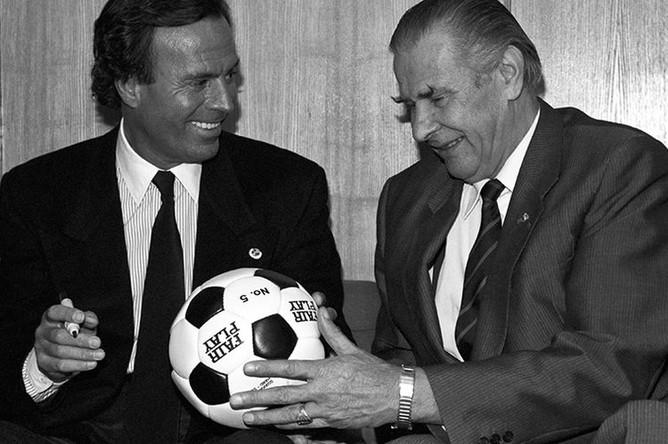 Певец Хулио Иглесиас и советский футболист Лев Яшин, 1989 год