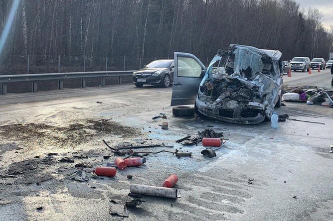 На месте столкновения микроавтобуса с грузовым автомобилем на 65-м километре трассы М-4 у деревни Вельяминово в Подмосковье, 4 апреля 2019 года