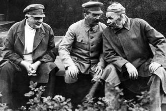 Авель Енукидзе (слева) и Иосиф Сталин (в центре)