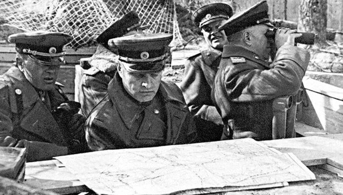 Начальник артиллерии 1-го Белорусского фронта генерал-полковник артиллерии В.И. Казаков (в центре) на наблюдательном пункте. Берлинская операция.Германия, май 1945 г.
