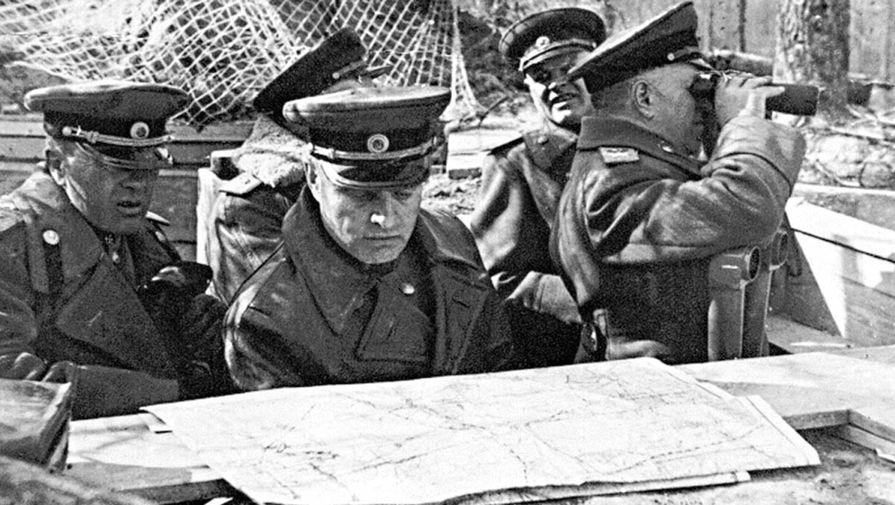 Начальник артиллерии 1-го Белорусского фронта генерал-полковник артиллерии В.И. Казаков (в центре) на наблюдательном пункте. Берлинская операция. Германия, май 1945 г.
