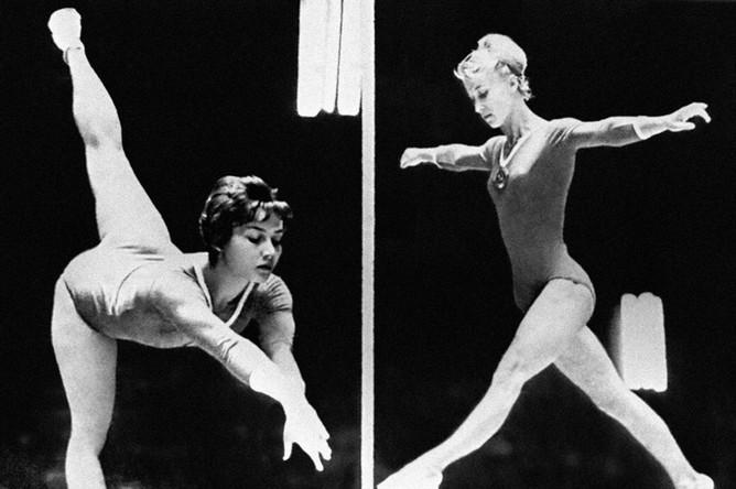 Полина Астахова (справа) в упражнениях на брусьях завоевала золотую медаль. Слева — Елена Волчецкая (8-е место в гимнастическом многоборье). XVIII летние Олимпийские игры. Япония, Токио. 1964 годАрхив РИА «Новости»