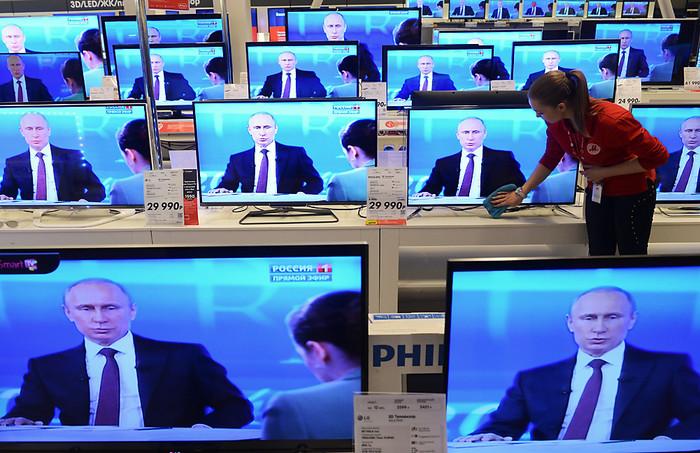 Сотрудница гипермаркета электроники во время трансляции ежегодной программы «Прямая линия сВладимиром Путиным»