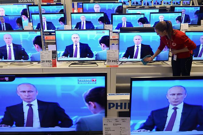 Сотрудница гипермаркета электроники во время трансляции ежегодной программы «Прямая линия с Владимиром Путиным»