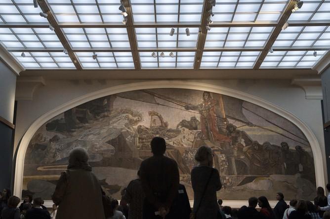 Посетители у картины «Принцесса Греза» художника М.А. Врубеля в Государственной Третьяковской галерее в рамках акции «Ночь искусств» в Москве