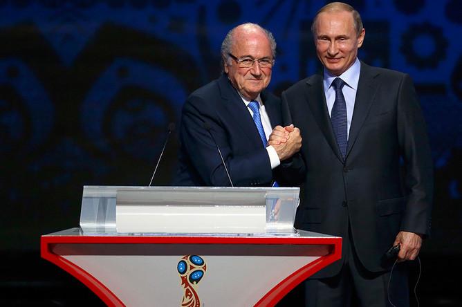 Президент России Владимир Путин и глава ФИФА Йозеф Блаттер