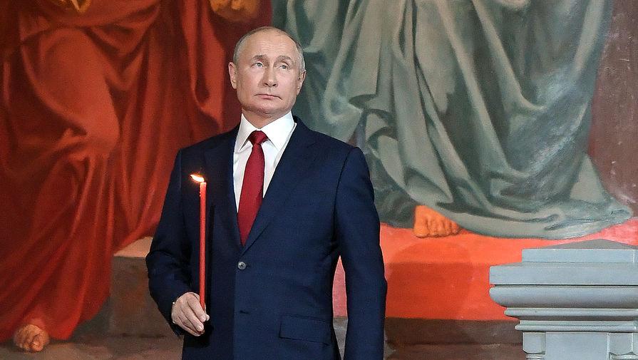 Президент России Владимир Путин во время пасхальной службы в храме Христа Спасителя, 2 мая 2021 года