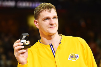 Тимофей Мозгов во время получения кольца чемпиона НБА