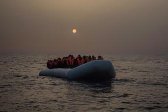 Неуправляемая лодка с мигрантами из Африки около побережья Ливии, 23 февраля 2017 года
