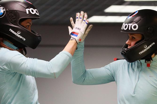 Анастасия Кочержова (слева) и Надежда Сергеева во время подготовки сборной России по бобслею и скелетону к Олимпиаде 2018 в Пхенчхане, февраль 2018 года