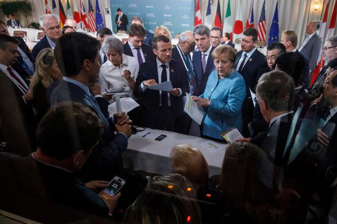 Премьер-министр Канады Джастин Трюдо, премьер-министр Великобритании Тереза Мэй, президент Франции Эммануэль Макрон, канцлер Германии Ангела Меркель и президент США Дональд Трамп на саммите G7 на саммите G7 в Канаде, 9 июня 2018 года