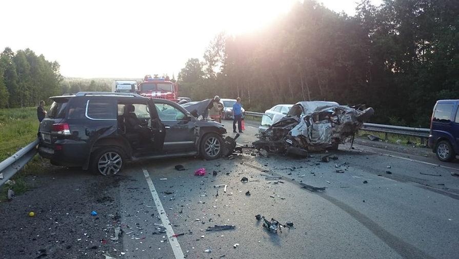 Пять человек погибли в ДТП с грузовиком в Свердловской области