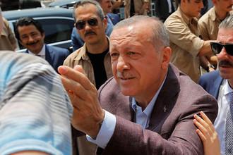 Президент Турции Реджеп Тайип Эрдоган около избирательного участка в Стамбуле, 23 июня 2019 года