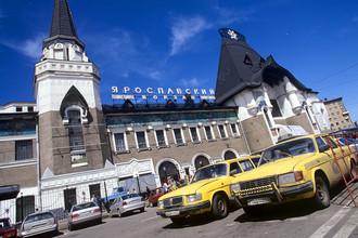 В 1929 году станция была электрифицирована, и 20 июня с Ярославского вокзала отправилась первая электричка до Мытищ. На фото: вид на здание Ярославского вокзала, 2001 год
