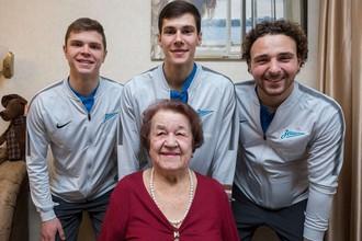 Игроки «Зенита» поздравили с юбилеем одну из старейших поклонниц команды
